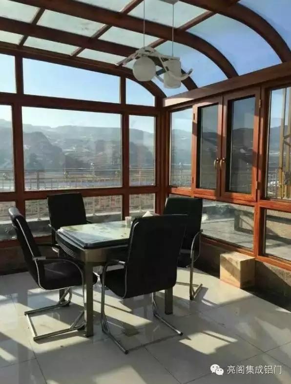 阳光下的小餐厅,绝对可以让人整个心情明亮起来,无论多平凡多简单的一餐,只要搭配上满满整个阳台的光线和窗外的视野,味蕾都变得丰富。白色餐座椅+小圆桌+多彩的地毯=幸福满满的阳光早午餐。如果是两平米左右的极小阳台,通过合适尺寸的餐桌椅等家具,明艳的颜色彻底靓翻,亮黄色的座椅配合白色的小圆台及旁侧的亮粉收纳桶,烘托出夏天感。